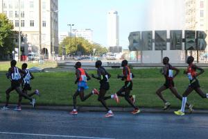 Geoffrey Mutai (Dritter von links), hier am Strausberger Platz, beim Berlin-Marathon 2012. Er trägt die gleiche Adidas-Hose wie die Seidenraupen. Foto: Twitter