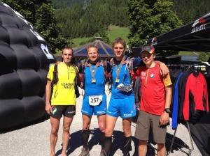 Philipp Reiter (rechts) mit seinem Teamkollegen Iker Karrera (links) und den Seidenraupen.