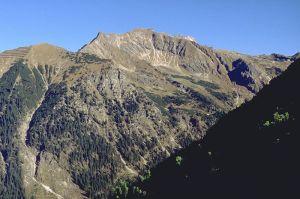 Nebelhorn (der höchste Berg in Bildmitte) vom Schattenberg. Der grasige Gipfel im linken Bildbereich ist der Geißfuß, dazwischen der Gundkopf. Foto: Springginggelar/Wikipedia