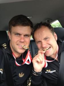 Manu (rechts) und Henne (links) mit den Medaillen für den zweiten und dritten Platz.