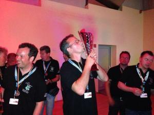 Marco Schmedders mit dem Pokal für den dritten Platz. Links: Seidenraupe Ansgar van de Loo.