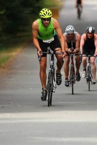 Moritz geht aus dem Sattel. Fotos: Altenrheine Channel Triathlon
