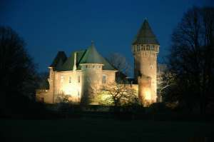 Die Linner Burg bei Nacht. Foto: Stadt Krefeld, Presse und Kommunikation