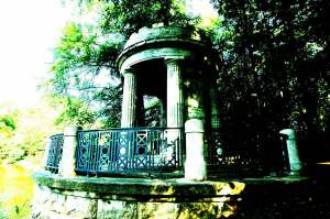 Der Deuß-Tempel erinnert an den Stifter des Krefelder  Stadtwalds, Wilhelm Deuß.  Foto: Stadt Krefeld, Presse und Kommunikation