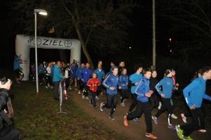 Sportler des SC Bayer 05 Uerdingen starten zum Lauf auf der beleuchteten Laufstrecke.