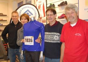 Von links:  Jörg Giesen, Laufsport Bunert, Birgit August, Vorsitzende Kinderschutzbund Krefeld, Paul Peeters, Preussen Krefeld, eichtathletik Rolf Klupsch, Preussen Krefeld Leichtathletik