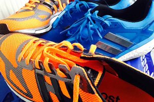 Mit neuen Schuhen ans Ziel. Der blaue Energy Boost 2 ist für die langen Einheiten gedacht, der orange Adios Boost für die schnellen Durchgänge auf Asphalt. Lass rocken!