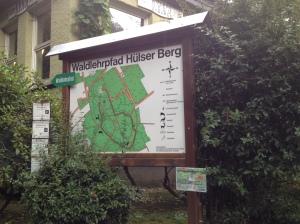 An einigen Stellen in Krefeld hängen die Seidenraupen-Cross-Plakate.