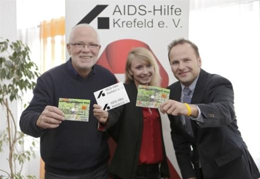 Peter Ditz und Patrizia Helten von der Krefelder Aids-Hilfe stellen zusammen mit Manuel Kölker den Seidenraupen-Cross vor. Foto: Westdeutsche Zeitung/Dirk Jochmann