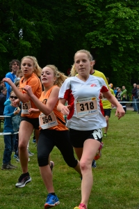 Kampf um die Plätze drei, vier und fünf bei der Kurzstrecke der Damen - und um Punkte für den Läufercup. Foto: Charity-Run