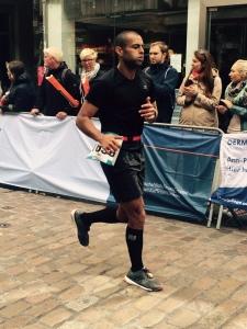 Das Geheimprojekt steht kurz vor der Vollendung: Aki verbessert seinen Marathon-PB um zehn Minuten.
