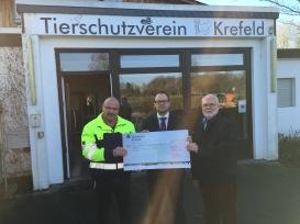 Frank Schankat (Leiter des Tierheims) und Dietmar Beckmann (Sprecher des Vorstands) freuten sich sehr über den Scheck, den Manuel Kölker, Vorsitzender der Seidenraupen, überbrachte.