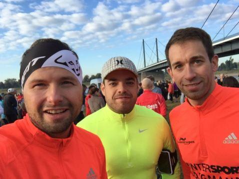 Moritz, Peter Reuter und Manu (von rechts) vor dem Start an der Theodor-Heuss-Brücke.