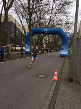 Manu auf den letzten Metern beim zweiten Teil der Winterlaufserie in Duisburg im Jahre 2017.