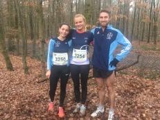 Kira von Ehren (Mitte) siegte in 28:40 min, bei den Herren überzeugte Owen Day in 26:13 min. Miriam Thies (Links) wurde Zweite in 30:58 min.